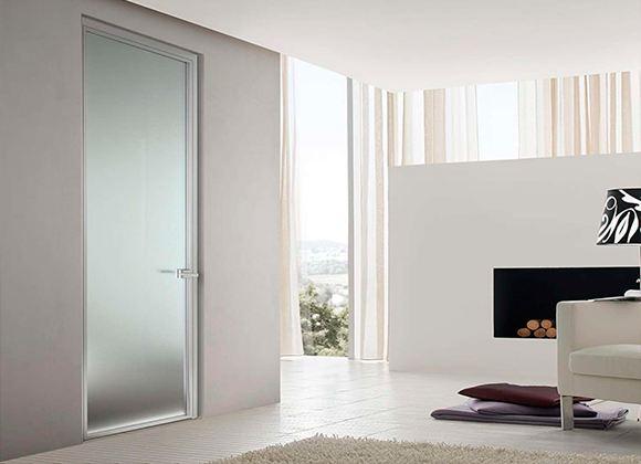 Гладкая межкомнатная дверь - неотъемлемый элемент современного интерьера