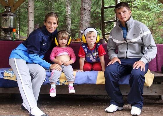 Андрей Аршавин с женой Юлией Барановской и детьми