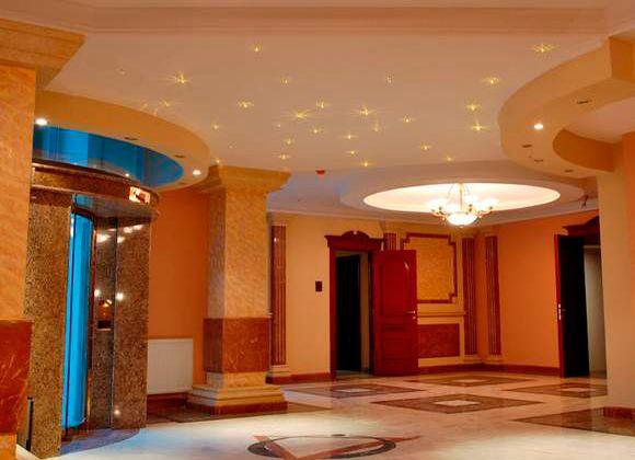 Различные источники освещения способны украсить комнату и наполнить уютом