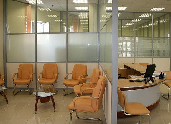 Для создания эффективных условий труда принято использовать офисные перегородки