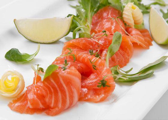 Рыба семга богата насыщенными кислотами омега-3, а также витаминами А, D