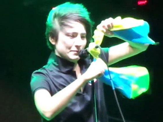 Земфира привязывает флаг