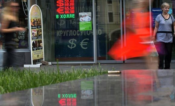 Доллар и евро дорожают вслед за падением цен на нефть