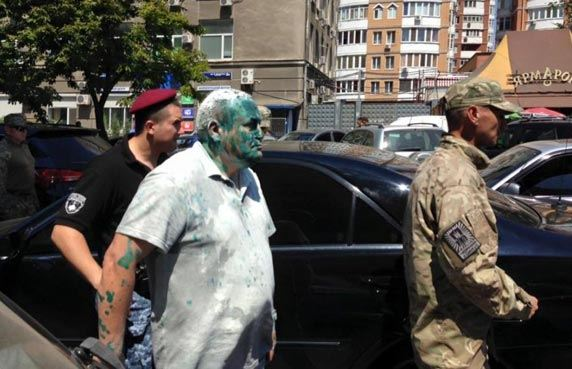 В Одессе радикалы засунули в мусорный бак пророссийского депутата Косьмина