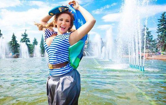 Анфиса Чехова купается в фонтане