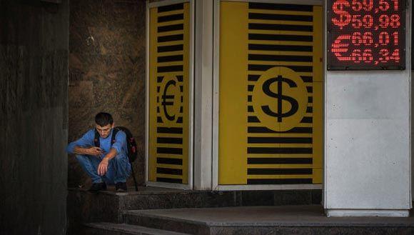 Курс рубля продолжает падать на фоне снижения цен на нефть