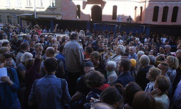 Участники митинга в Питере потребовали наказать вандалов, уничтоживших барельеф с Мефистофелем