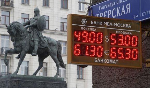 Цена на нефть откатилась немного назад, из-за чего просел и рубль