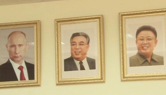 Хабаровскую школу украсили портреты лидеров КНДР