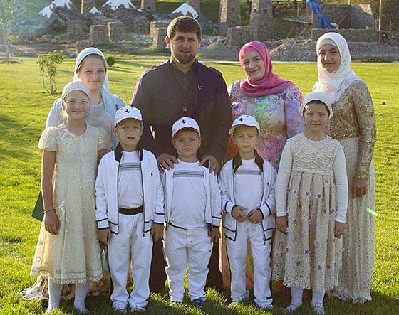 Рамзан с женой и детьми