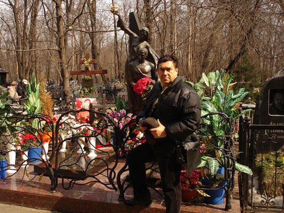 Станислав Садальский на могиле Джуны и Вахо