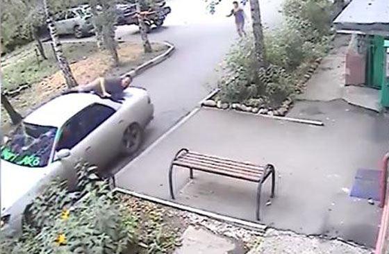 Мужчина не раздумывая запрыгнул на капот автомобиля