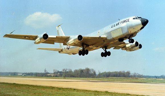 Китайский истребитель «подрезал» американский разведчик Boeing RC-135