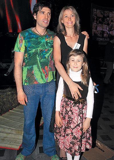 Максим Покровский с женой и дочкой