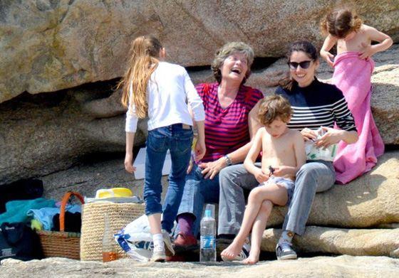 Летиция Каста с детьми на отдыхе