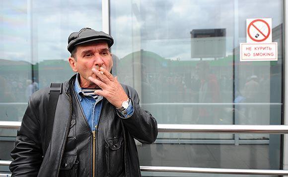 В Москве могут ввести серьезный штраф за брошенный мимо урны окурок
