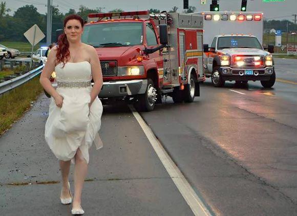 Невеста-парамедик бросилась помогать родственникам во время своей свадьбы