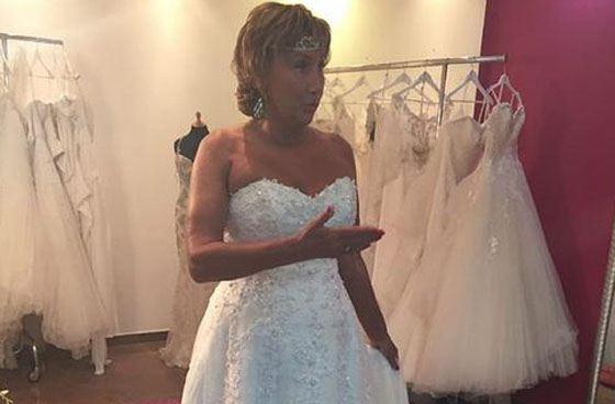 Лариса примеряет свадебное платье