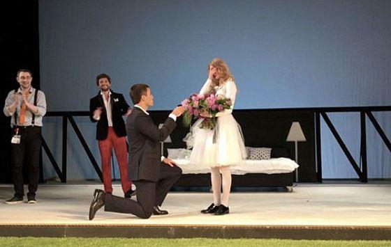 В мае этого года прямо на сцене родного театра красавица актриса Светлана Ходченкова получила предложение руки и сердца