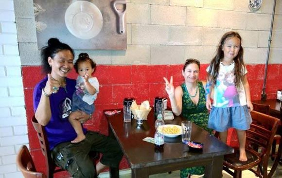 Израильский ресторан предлагает скидку евреям и арабам, садящимся за один стол