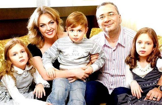 Константин Меладзе с женой и детьми