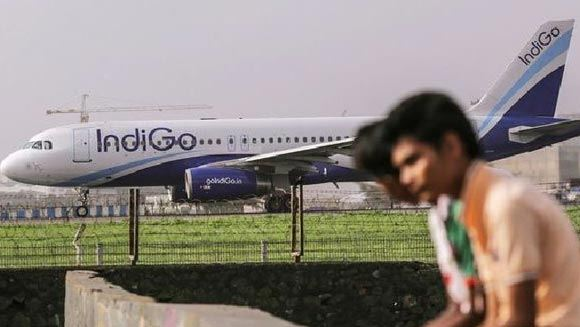 Авиакомпания IndiGo не пустила на борт самолета девушку в короткой юбке