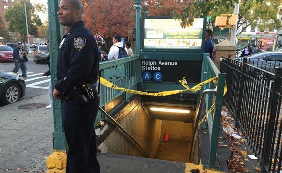 В метро Нью-Йорка мужчина напал с бритвой на других пассажиров