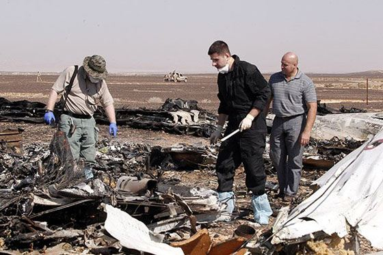 Спасатели работают на месте катастрофы