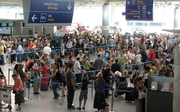 Уборщик стамбульского аэропорта возвратил владельцу забытую сумку с деньгами
