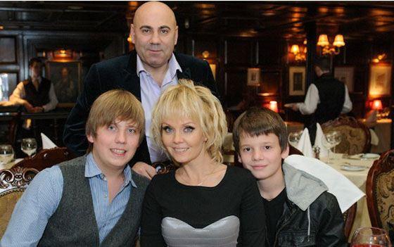 Валерия с сыновьями и мужем