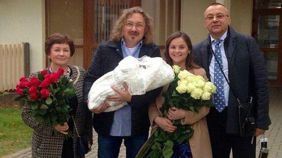 Игорь Николаев встретил жену из роддома