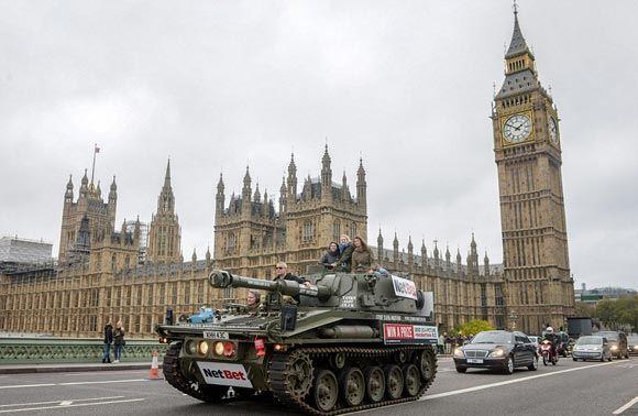 В столице Великобритании запустили обзорную экскурсию на танке