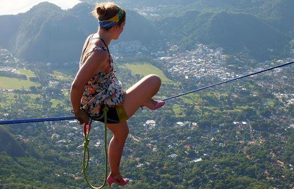 Американка Фэйт Дики прошла по канату на 840-метровой высоте на каблуках