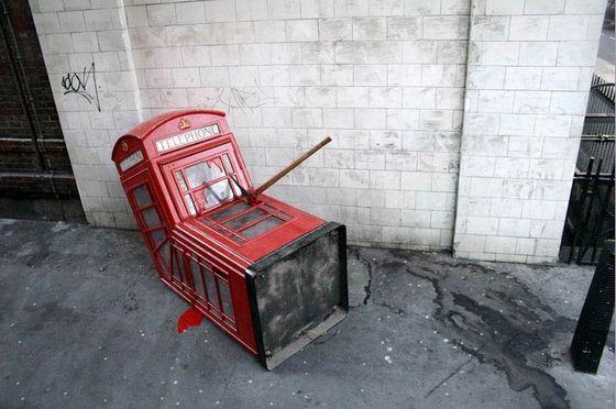 Даже в телефонных будок есть своя, необычная свалка