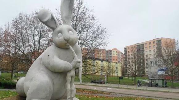 В Чехии появилась скульптура гигантского кролика, пожирающего человека