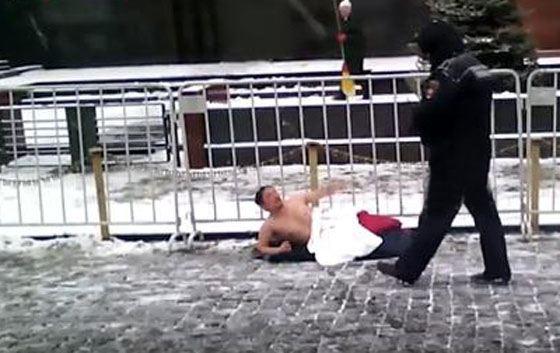 Мужчина лежал и выкрикивал лозунги