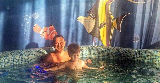 Степан с сыном в бассейне