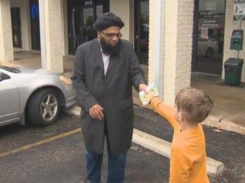 Семилетний мальчик пожертвовал скопленные им деньги пострадавшей мечети