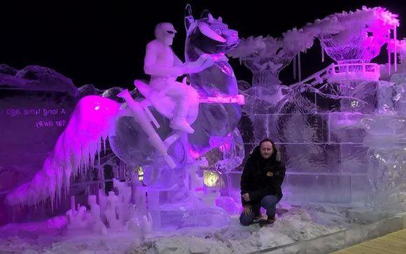 Скульптор Илья Шанин вырезал изо льда героев «Звездных войн»