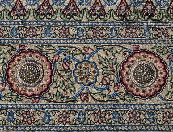По самому дорогому ковру в мире невозможно ходить босиком из-за острых драгоценных камней.