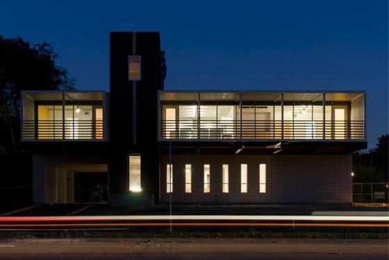 Этот дом из контейнеров выглядит очень стильно