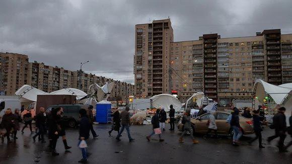 Сильный ветер сдул палаточный рынок в Петербурге