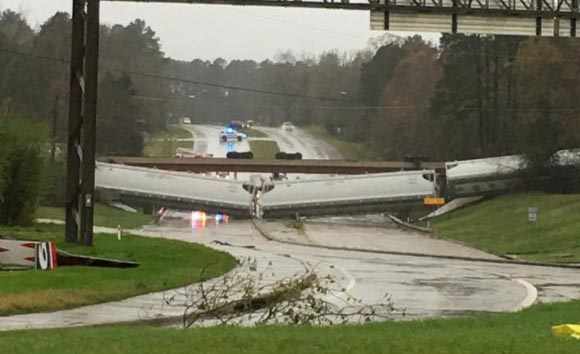 В Техасе несколько вагонов упали с эстакады из-за порывов ветра