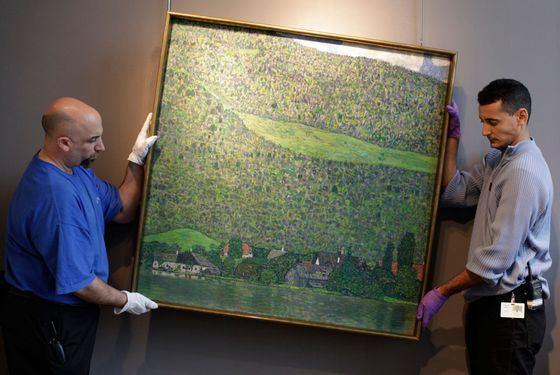 Сотбис - еще один легендарный аукцион, чаще всего здесь продают картины