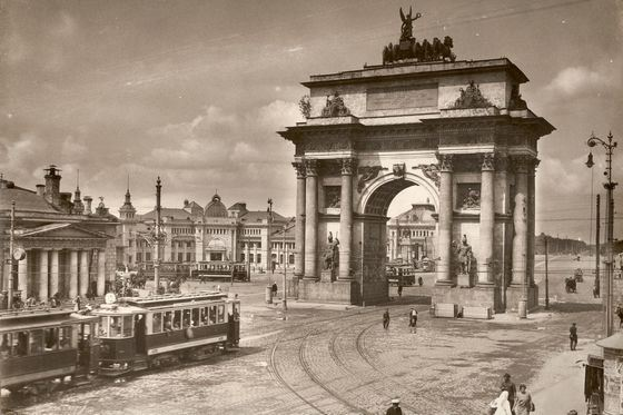 Старинное фото триумфальной арки в Москве