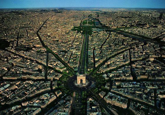 Вид сверху на легендарную триумфальную арку в Париже