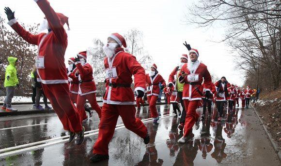 На ВДНХ прошел благотворительны забег Дедов Морозов