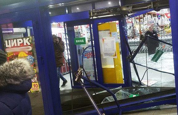 Водитель в Воронеже проехал гипермаркет насквозь