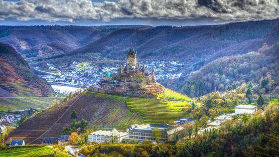 Древнейший в Германии замок Райхсбург стоит на высоком холме