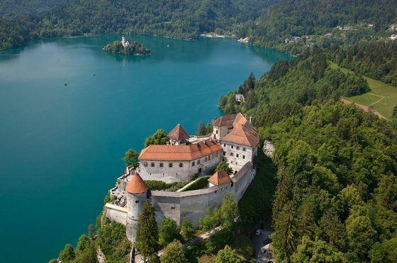 Из окон Бледского замка открывается шикарный вид на озеро